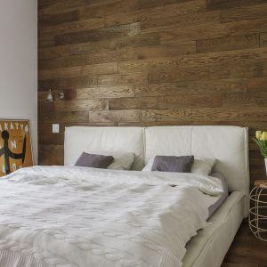 Ścianę za łóżkiem zdobi drewno. Projekt: Anna Nowak-Paziewska. Fot. Emi Karpowicz