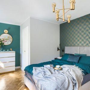 Ścianę za łóżkiem zdobi wyrazista tapeta, która jest mocnym elementem w sypialni. Projekt: arch. Katarzyna Uziembło, Duet Studio. Fot. Duet Studio