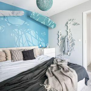 Kolory biały i grafitowy w duecie z jasnym błękitem - takie rozwiązanie sprawia, że sypialnia wydaje się lekka i przestronna. Projekt Zuzanna Kuc, ZU projektuje. Zdjęcia Łukasz Zandecki
