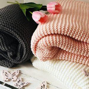 Dziś z nadejściem jesieni sklepy z dodatkami do wnętrz i meblami oferują multum rozmiarów, grubości, kolorów i wzorów koców, pledów oraz narzut. Fot. KiK pleciony pled. 69,99 zł