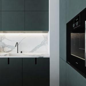 Zdecydowała się na ciemnozielony odcień zabudowy kuchennej, by przełamać paletę szarości, która króluje w mieszkaniu. Projekt AM.Home