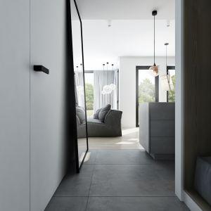Architektka powiększyła w holu przestrzeń przeznaczoną na szafy wnękowe, by zyskać miejsce na kolejne moduły, w tym jeden z dekoracyjnym, tapicerowanym siedziskiem. Projekt AM.Home