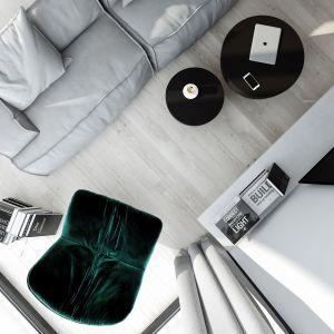 Całości dopełniają dwa drewniane owalne stoliki z czarnego drewna równoważące pokaźne wymiary sofy oraz fotel Marilyn (również marki Baxter) obity ciemnozielonym welurem. Projekt AM.Home