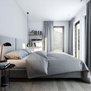 Łóżko z długim na całą ścianę tapicerowanym zagłówkiem dopełnia przytulnej aranżacji. Projekt AM.Home