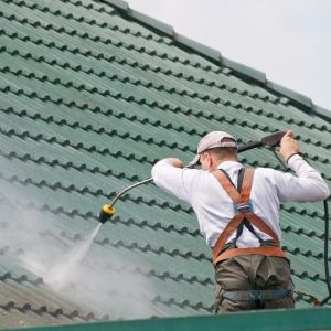 Oprócz wyboru jakościowego pokrycia dachowego, należy zawsze pamiętać o dokładnym zapoznaniu się z kartą gwarancyjną oraz dokonywaniu regularnych inspekcji. Pomoże to odpowiednio zadbać o dach i uniknąć nieprzyjemnych niespodzianek. Fot. AdobeStock