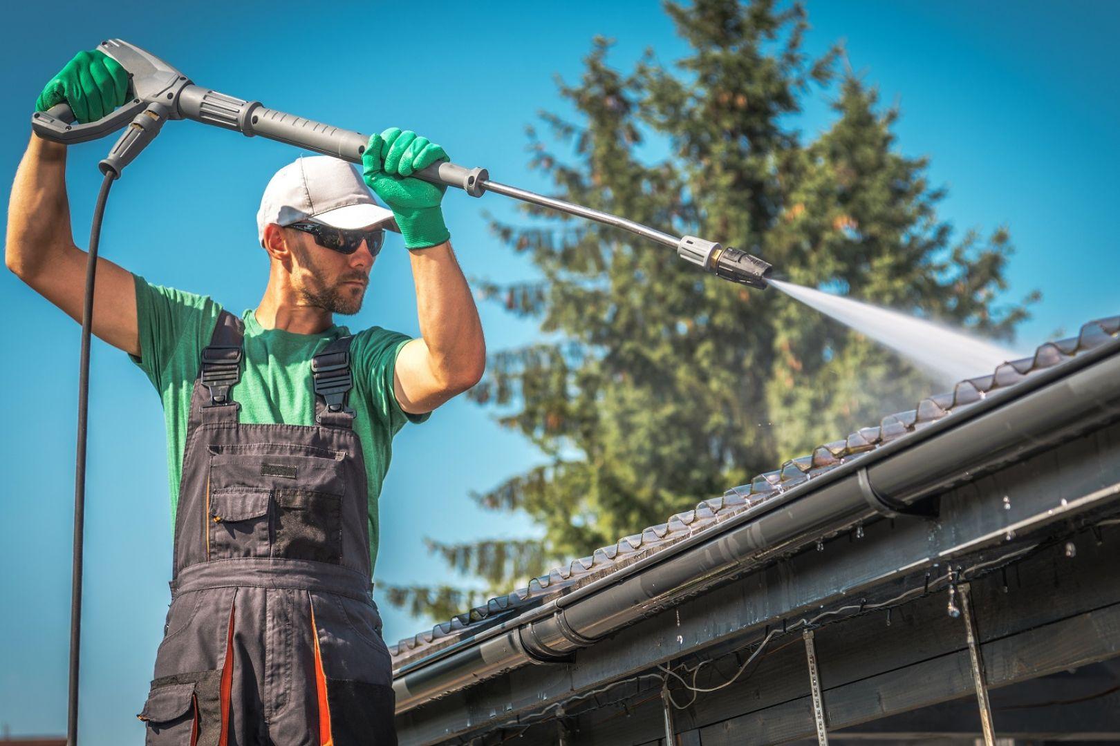 Podczas regularnych inspekcji należy zwracać uwagę na wszelkiego rodzaju zarysowania, nagromadzenie mchów, porostów czy utrzymującą się wilgoć. Fot. AdobeStock
