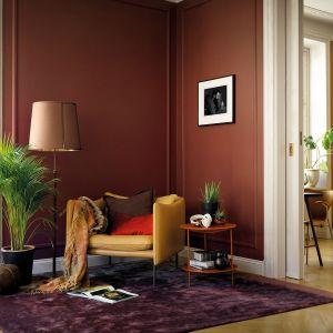 Ściany w salonie zostały pomalowane farbą w kolorze Cherry. Fot. Beckers