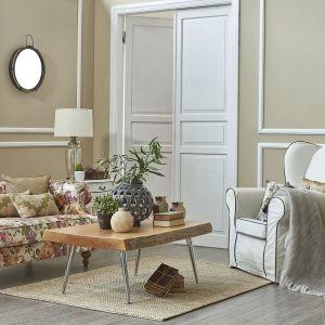 Ściany w salonie zostały pomalowane farbą w kolorze Vanilla Muffin oraz Frappe. Fot. Beckers
