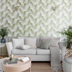 W tym salonie oprócz imponującej rośliny doniczkowej nawiązania botaniczne widać też doskonale na tapecie nad kanapą. Projekt JT grupa. Fot. Fotomohito.