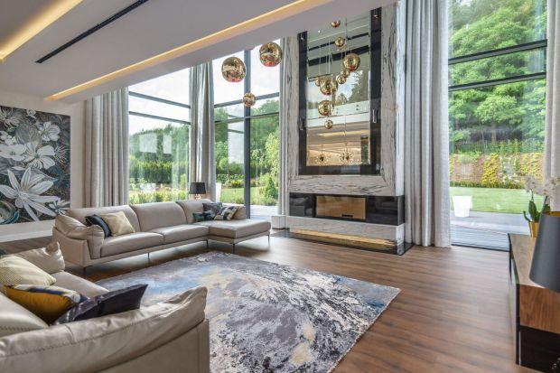Duże okna w salonie toświetny pomysł. Wnętrze będzie jasne i pełne naturalnego światła. Zobaczcie kilka fajnych pomysłów na aranżacją salonu z dużym oknami z polskich domów.