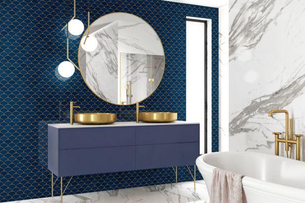Po latach popularności minimalistycznych aranżacji nadszedł czas na zmiany. Dołazienek wkraczają złote akcenty. Nie ma tu jednak przepychu i przesadzonych stylizacji, jest za to spójność i harmonia. Szlachetne barwy i materiały znajdują odzwi