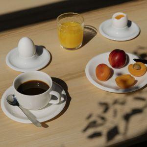 Kolekcja zastawy stołowej Raami fińskiej marki Iittala, materiały: ceramika, szkło, drewno dębowe. 2018 rok. Fot. Osma Harvilahti