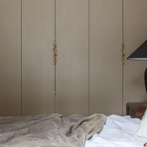 Mosiężne uchwyty meblowe Fragile (PAP DECO); poduszka z haftem Coral i frędzlem (Maja Laptos Studio/Maja Laptos Vintage); lampa Rea Gold (Kaspa); lniana pościel (by Moana). Sesja zdjęciowa promująca akcję #wspieramypolskidesign. Zdjęcia: Yassen Hristov. Stylizacja: Kamila Jakubowska-Szmyd