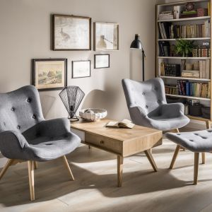 Klasyczne fotele w ponadczasowej szarości i stolik z naturalnego drewna. Taki zestaw zawsze będzie na czasie. Fot. VOX