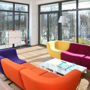 Dwie ściany przeszkleń w przestronnym apartamencie wpuszczają do wnętrza ogromną dawkę światła dziennego. Projekt: Konrad Grodziński. Fot. Bartosz Jarosz.