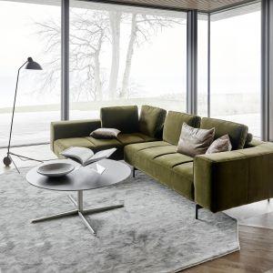 Przeważać będą fotele i kanapy w barwach oliwkowych czy karmelowych. Fot. BoConcept