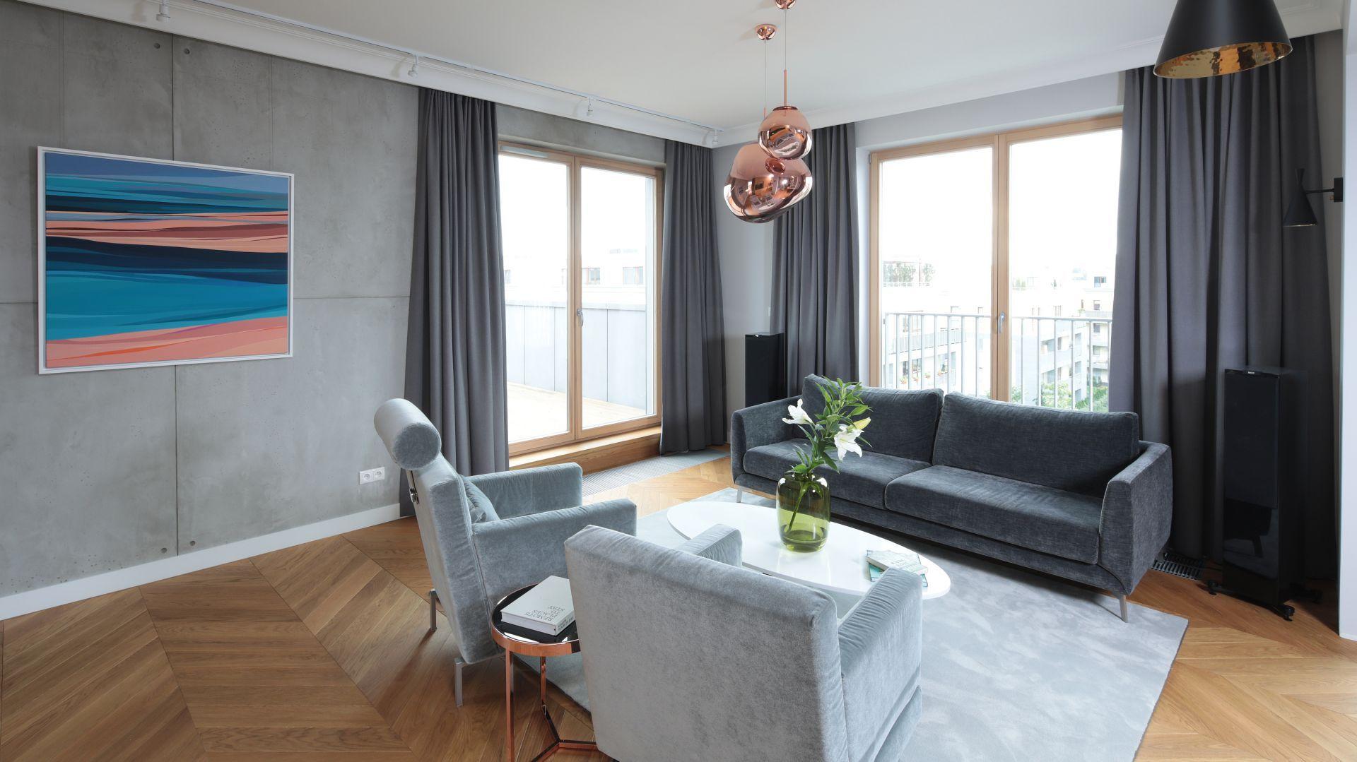 Wysokie okna w salonie zapewniają dużą ilość światła dziennego, a tym samym rozjaśniają wnętrze i dodają optycznej przestrzeni. Projekt: Katarzyna Mikulska-Sękalska. Fot. Bartosz Jarosz