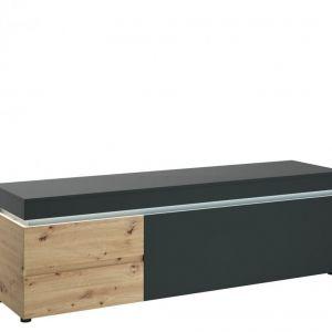 Komoda RTV posiada w swoim wnętrzu dwie pojemne szuflady z pełnym wysuwem oraz dwie wnęki za klapą, które umożliwiają utrzymanie porządku w salonie. Blat o długości 180 cm pozwoli na wyeksponowanie ulubionego sprzętu RTV. Cena: 1.039 zł. Fot. Meble Wójcik