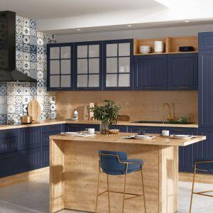 W modnej kuchni z niebieskimi frontami czarny okap dodaje jej klasycznego sznytu. Fot. KAM