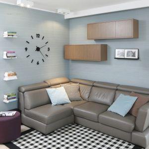 Szafki wiszące nad kanapą są nie tylko praktyczne, ale też estetyczne. Są ciekawym elementem wnętrza. Projekt: Joanna Morkowska-Saj. Fot. Bartosz Jarosz