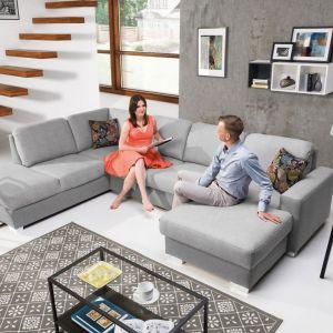 Narożnik Chantal w jasnym, szarym kolorze doskonale sprawdzi się w nowoczesnym salonie. Jest wygodny i ma ładny, prosty design. Cena: od ok. 3.200 zł. Fot. Stagra Meble