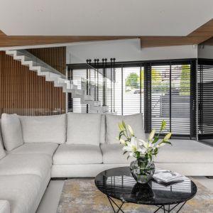 Lekkie wizualnie białe schody z przezroczystą szklaną balustradą. Projekt Joanna Ochota Archimental Concept JOana. Fot. Mateusz Kowalik.jpg