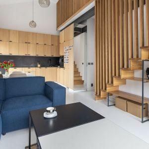 Drewniane schody jednobiegowe. Taka konstrukcja pozwala na zagospodarowanie przestrzeni pod schodami tak jak to ma miejsce w tym wpadku. Projekt Łukasz Pruchniewicz, współpraca Grupa Komandor. Fot. Łukasz Pruchniewicz
