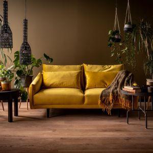 Sofa w modnym musztardowym odcieniu tapicerki Duvet z oferty marki Vox.