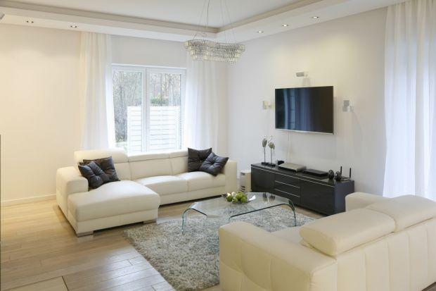 Szukacieinspiracji na wykończenie ścian w salonie? Nie wiecie jaki kolor wybrać? Zobaczcie piękne i modne pomysły na białe ściany w salonie.