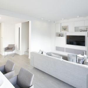 W nowocześniej urządzonym salonie wszystkie ściany są białe. Projekt: Przemek Kuśmierek. Fot. Bartosz Jarosz