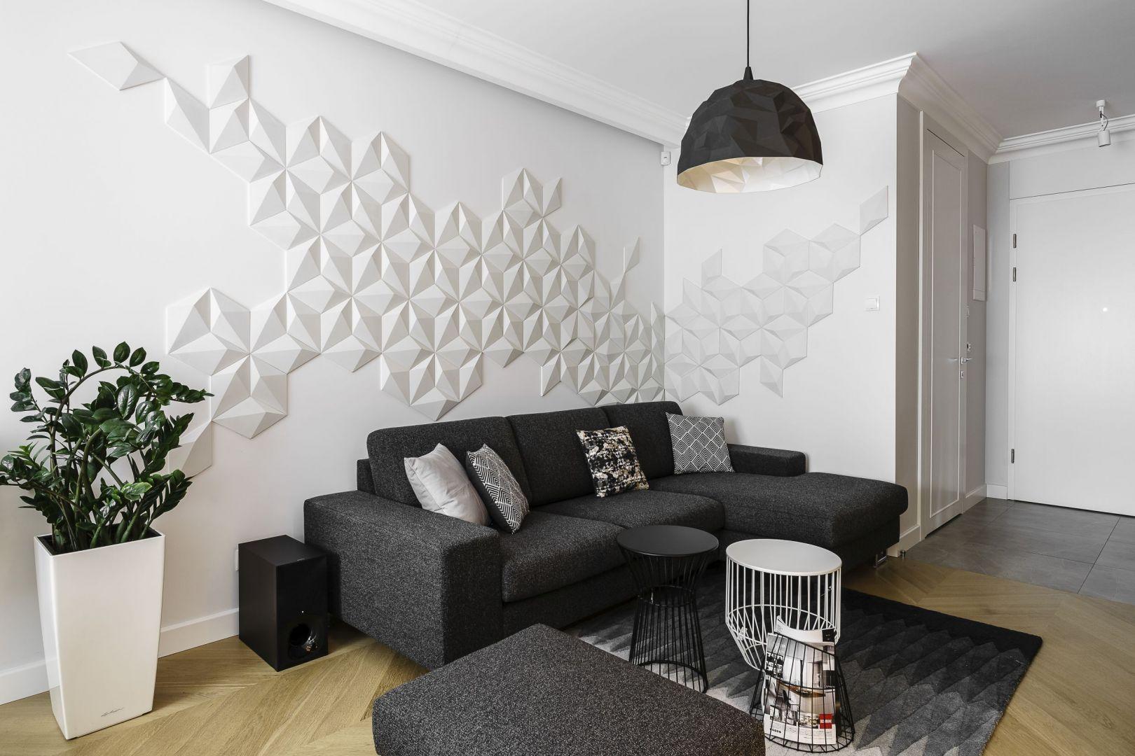 Białą ścianę za kanapą zdobią prefabrykowane płytki z betonu architektonicznego 3D. Tworzą bardzo ciekawą kompozycję na ścianie. Projekt: Anna Maria Sokołowska. Fot. Fotomohito