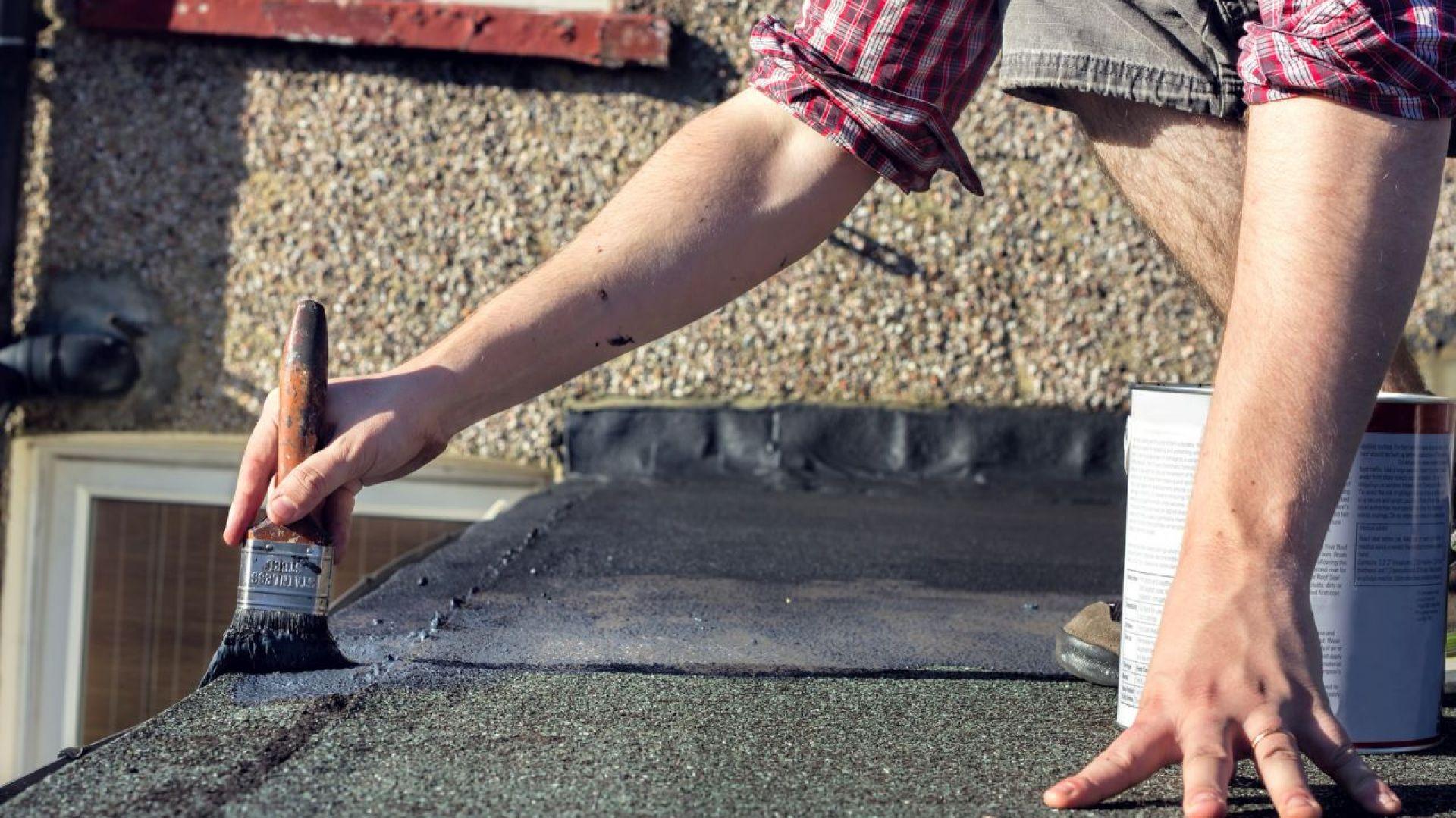 Jeszcze zanim temperatury spadną, warto dokładnie sprawdzić stan pokrycia dachowego, diagnozując ewentualne uszkodzenia i wykonując potrzebne prace naprawcze. Dzięki temu zadbamy o jego trwałość, nie narażając się na ryzyko kosztowniejszej wymiany całej papy na dachu. Fot. Ultrament