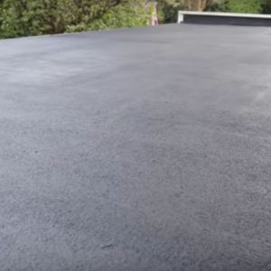 Dach z papy podlega naturalnym procesom starzenia. Aby przedłużyć jego żywotność oraz zwiększyć odporność na ewentualne uszkodzenia, należy nie tylko wykonywać regularne prace renowacyjne czy naprawcze, ale zabezpieczyć nowo położoną papę (korzystając z renowatora). Fot. Ultrament