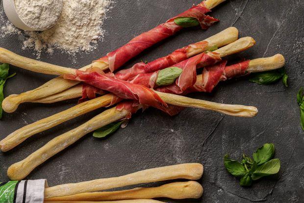 Cudownie chrupiące, bezglutenowe grissini – tradycyjne włoskie chlebowe paluszki. Wypiekane z mieszanki bezglutenowej do pizzy, z dodatkiem szynki i świeżej bazylii to prawdziwy przysmak, który zasmakuje nie tylko osobom na diecie eliminacyjnej.<