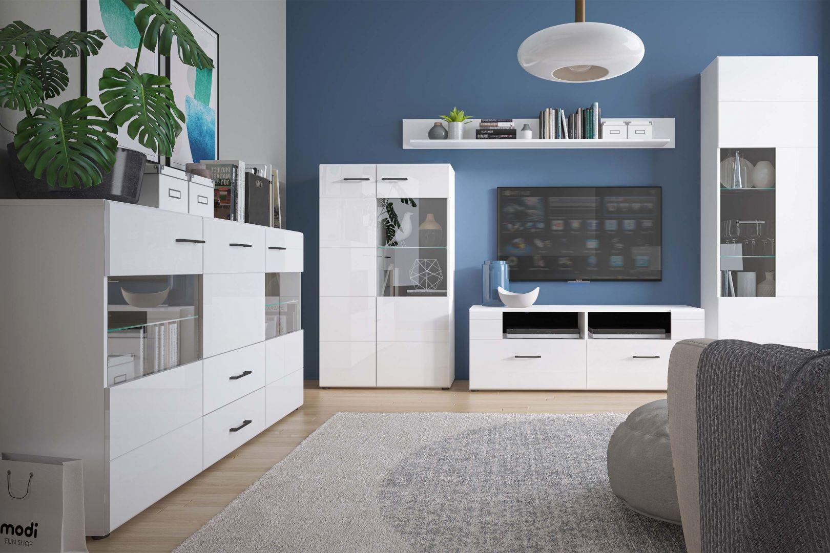 Meble z kolekcji Lisse doskonale sprawdzą się w małym salonie. Biały kolor z połyskiem rozjaśni i optycznie powiększy przestrzeń. Fot. Salony Agata