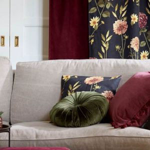 Poduszki w kolorze i wzorze nawiązującym do innych dekoracji, np. zasłon, to świetny pomysł zwłaszcza w dużych salonach, które trzeba wizualnie zmniejszyć i ocieplić. Fot. Cellbes