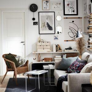 Przytulne poduszki, pledy, koce to niezastąpiony towarzysz długich jesiennych wieczorów w salonie. Fot. IKEA