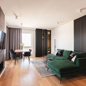 Część dzienną apartamentu stanowi obszerny salon z aneksem kuchennym. Projekt Kaza Interior Design. Foto Przemysław Kuciński