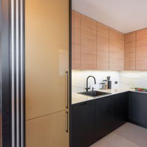 Kuchnię odgradza częściowo od pokoju dziennego ażurowa ściana. Projekt Kaza Interior Design. Foto Przemysław Kuciński
