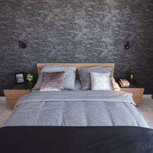 Sypialnia zatopiona jest w perłowych szarościach. Bardzo elegancka, a jednocześnie przytulna. Projekt Kaza Interior Design. Foto Przemysław Kuciński
