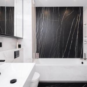 W łazience, tak jak w holu oczywiste są artdecowskie inspiracje. Projekt Kaza Interior Design. Foto Przemysław Kuciński