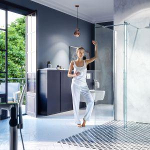Kabina prysznicowa Vidq typu walk-in typu dostępna w dwóch opcjach: połączenie ścianki giętej z prostą ścianką boczną lub samodzielnie. Wymiary: 90x200, 100x200 cm. Dostępne w ofercie firmy Excellent. Cena: 2.870 zł. Fot. Excellent