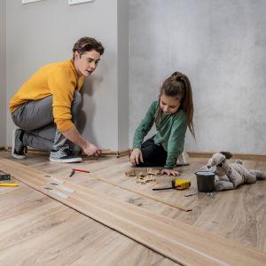 W ofercie marki Vilo znajduje się aż 16 różnych wzorów inspirowanych dębowym drewnem. Fot. Vilo Izzi listwa