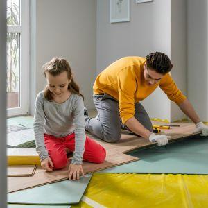 Zanim jednak przystąpimy do montażu podłogi, warto dobrać do niej podkład. Jest to element wnętrza niewidoczny dla oczu, ale w wyraźny sposób wpływa na komfort życia domowników i użytkowania podłogi. Fot. Vilo Canyon oak