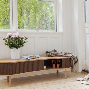 Audacious to dębowy mebel który z powodzeniem pełni rolę szafki na buty, torebkę i klucze z możliwością siedzenia. Spełnia się również, jako szafka RTV do salonu. Cena: 4.135 zł. Fot. Umage/Pufa Design