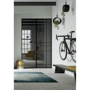 Drzwi Swing Door Slim Line mają ramę z anodyzowanego aluminium, która z wypełnieniem z przezroczystego lub przyciemnianego szkła, zapewnia duży dostęp światła do pomieszczenia. Fot. Raumplus