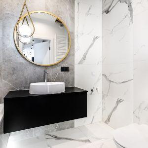 Piękna łazienka urządzona zgodnie z najnowszymi trendami. W roli głównej płytki z rysunkiem marmuru, biel i czerń oraz złoto i srebro. Projekt i zdjęcia: Moovin Group