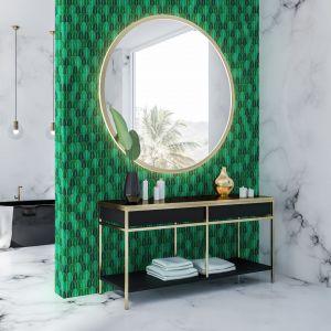 Piękna zieleń płytek z kolekcji Aurora świetnie się prezentuje w towarzystwie złotych akcentów. Fot. Raw Decor