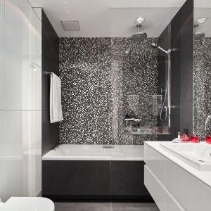Niewielka łazienka jest funkcjonalne i bardzo stylowa dzięki biało-czarnej aranżacji. Projekt Bibianna Stein-Ostaszewska, Bibi Space. Zdjęcia Olo Studio