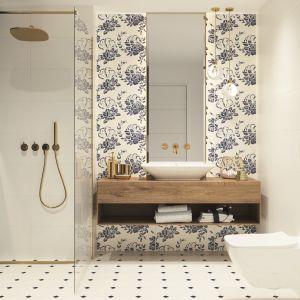 Biel, złoto o granat to wyjątkowo modne zestawienie, także w łazience. Na zdjęciu ceramika Porcelano blue bianco dekor 30x60 marki Ceramika Paradyż. Fot. Ceramika Paradyż